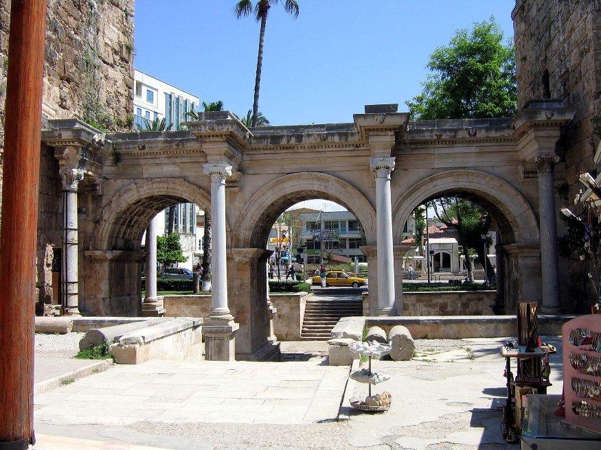 Ворота Адриана(источник:en.wikipedia.org)